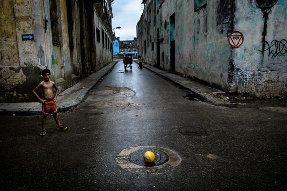 כמה מטרים מאתרי התיירות הפופולריים מסתתרת קובה האותנטית   צילום: פליקס לופה