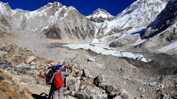 יורם מסמן לראובן בהצבעה את הכיוון שבו רואים את הר האוורסט