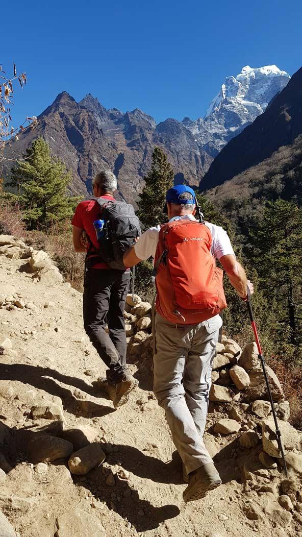 מטפסים בשביל בתחילת הדרך, עדיין באזור הירוק