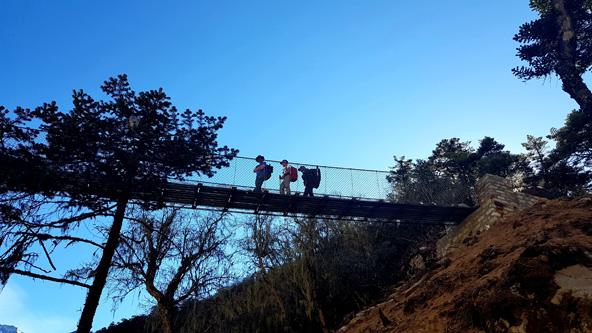 החבורה חוצה את אחד הגשרים התלויים