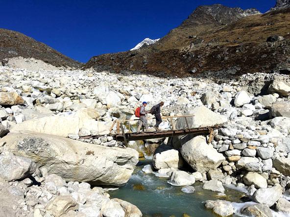 ראובן ויורם עוברים על גשר רעוע