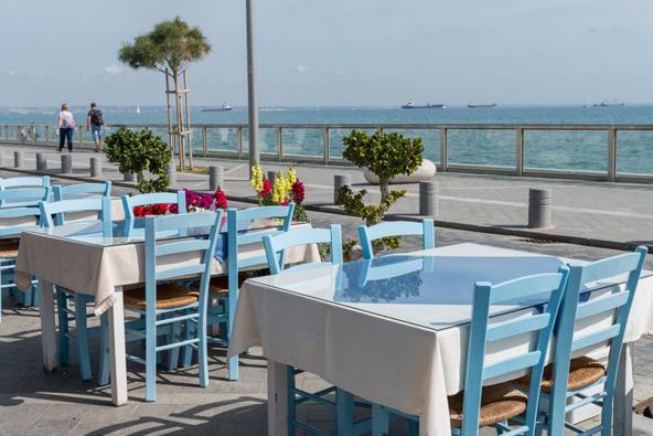 שולחן ליד הים