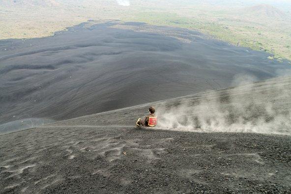 גלישה במורדות הר הגעש סרו נגרו