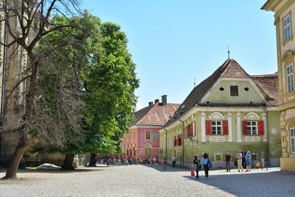 רחוב במרכז העתיק של בראשוב. כדאי לשים לב לפרטים היפים על הבתים