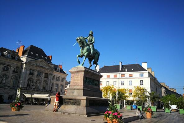 פסל של ז'אן ד'ארק בכיכר המרכזית של אורליאן