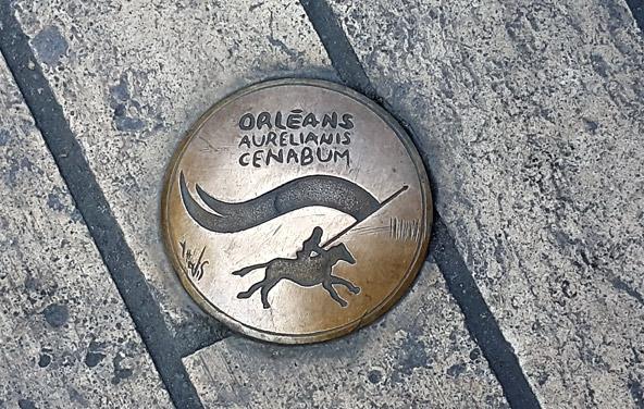 """""""נאמנות בכל צעד"""", על מדרכות אורליאן טבועים סמלים המציינים את גבורתה של ז'אן ד'ארק"""
