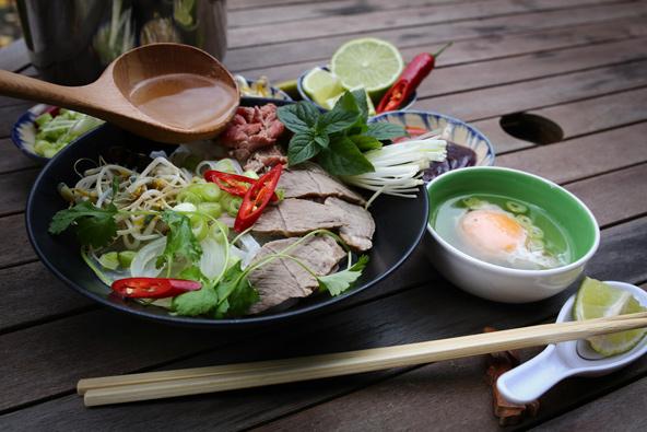 הכנת מרק פו. השימוש במרכיבים טריים עם הרבה ירקות ועשבי תיבול יוצר מטבח שהוא לא רק טעים אלא גם בריא