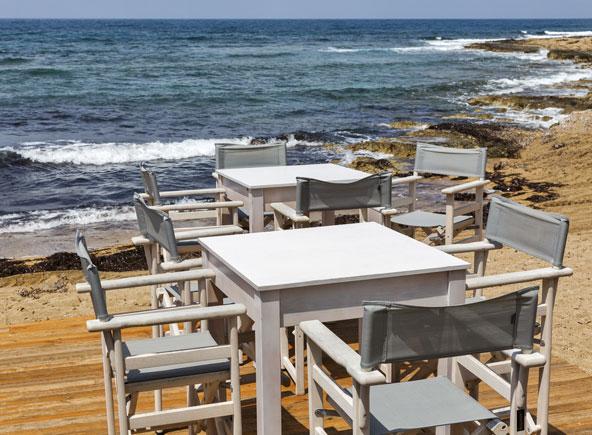 שולחן מול הים בפאפוס