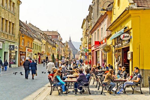 העיר העתיקה גדושה במסעדות ובתי קפה | צילום: Radu Bercan / Shutterstock.com