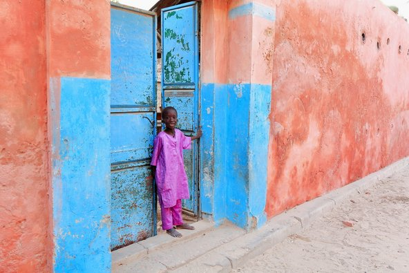 ילד מקומי בעיר הקולוניאלית סן לואי | צילום: rweisswald / Shutterstock.com