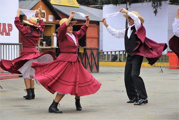 ריקוד ברחוב בלימה. העיר הגדולה בפרו ואחת הגדולות ביבשת אמריקה כולה