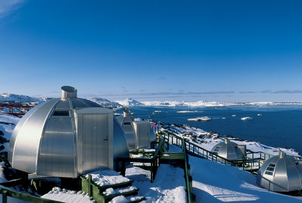 איגלו מול נופי קרחונים במלון Arctic