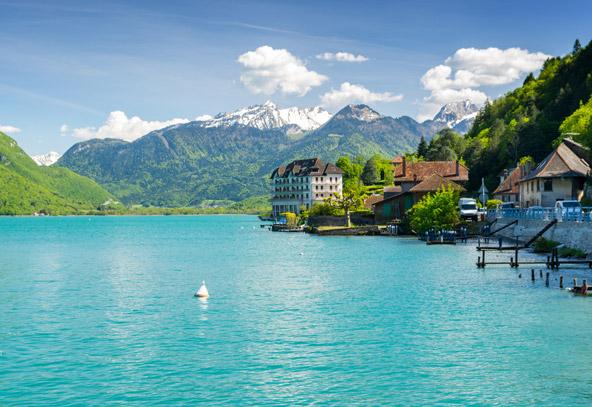 אנסי. העיירה יושבת בלב תפאורה מדהימה של אגם ופסגות מושלגות