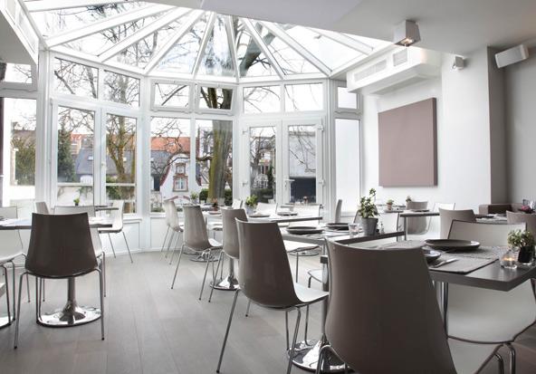 חדר האוכל במלון מייד אין לואיז משקיף על הגינה היפה | באדיבות Made in Louise