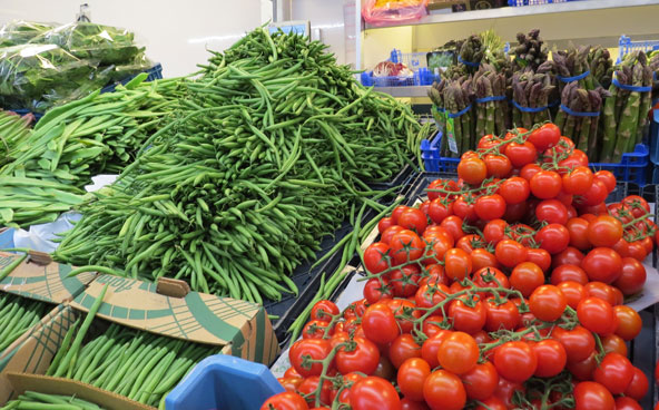 דוכן ירקות בשוק השבועי המתקיים בכיכר שטלאן | צילום: רותם בר כהן