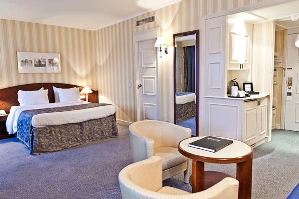 חדר אקזקיוטיב במלון לה שטלאן. חמישה כוכבים עם כל הנלווה לכך