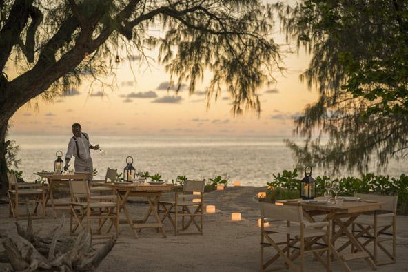 לאכול על חוף הים, מול השקיעה - היש רומנטי מזה? מסעדה ב-Desroches Island Resort