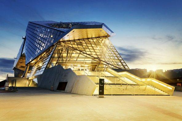 מוזיאון קונפלואנס שוכן במבנה מרשים של זכוכית ופלדה