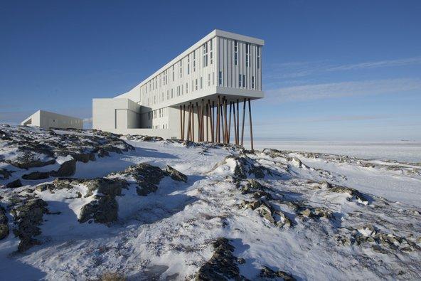 מלון Fogo עומד בדד על כלונסאות בחוף סלעי | צילום: Paddy Barry Original