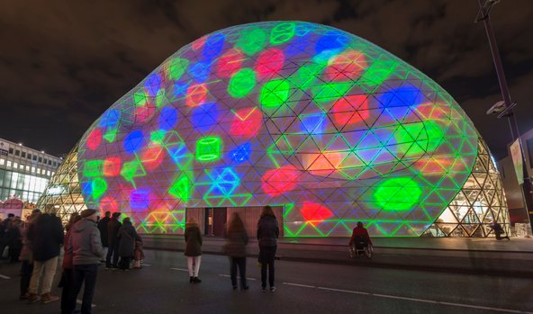במסגרת פסטיבל Glow מוארים המונומנטים של העיר בתאורה מיוחדת | צילום: Elisabeth Aardema / Shutterstock.com