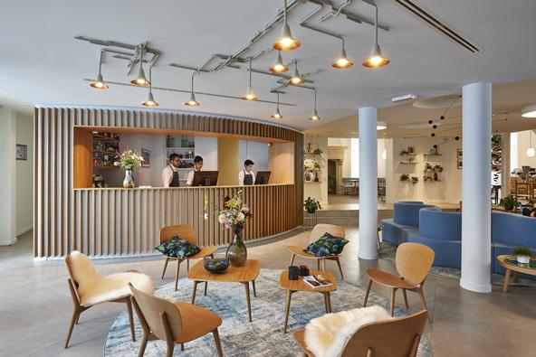 הלובי של מלון היג. עיצוב סקנדינבי בהיר, עם קווים נקיים