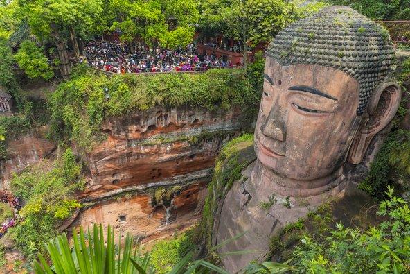הבודהה של לשאן. פסל הבודהא העומד הגדול בעולם