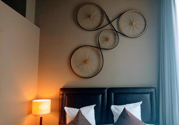 חדר במלון ניושאפל. מוטיבים בלגיים מעטרים את חדרי המלון האינטימי | צילום: רותם בר כהן