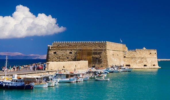 המצודה והנמל שבעיר העתיקה של כרתים
