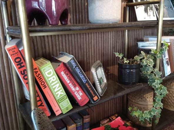 מדפי ספרים בפינת הישיבה של המלון | צילום: רתם אלתר