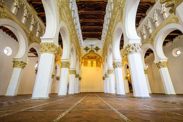 בית הכנסת סנטה מריה לה בלנקה עם הקשתות המוריות הלבנות   צילום: Sean Pavone / Shutterstock.com