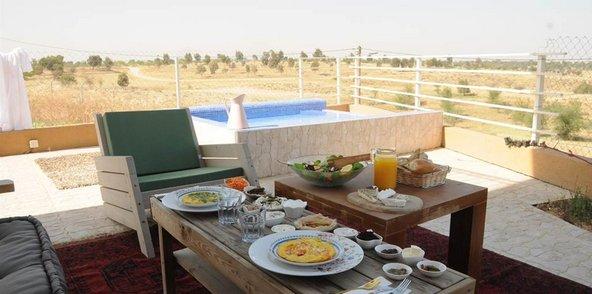 ארוחת בוקר מול נופי המדבר בעינות בר
