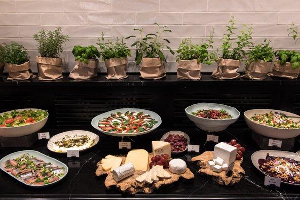 מזנון ארוחת הבוקר במלון מלודי | צילום: סיון אסקיו
