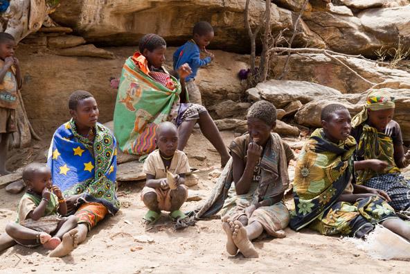 נשים וילדים משבט ההדזבה. השבט מונה רק אלף אנשים