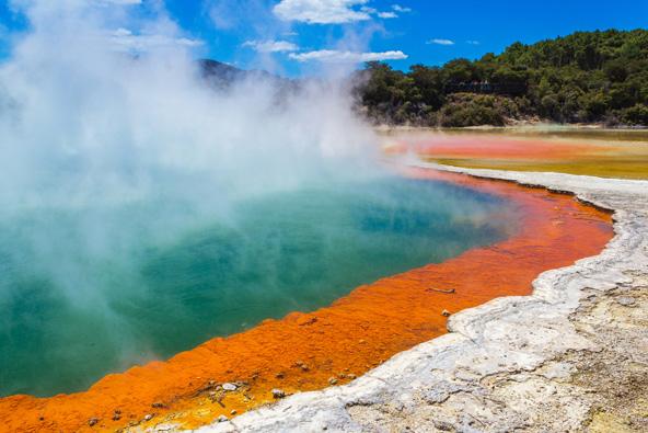 אגם צבעים מפתיעים באזור וואי או טאופו