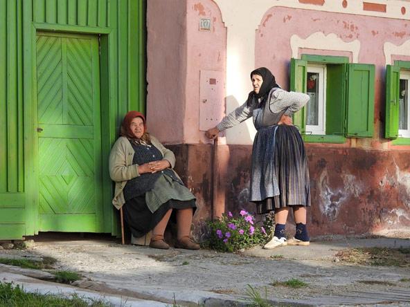 נשים מקומיות משוחחות על מפתן הבית. מסוג המראות שמוסיפים צבע ועניין לטיול