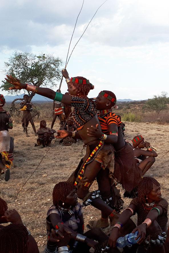 בת שבט האמר רצה כאחוזת אמוק לקבל הצלפות בעוד שחברתה מחזיקה אותה