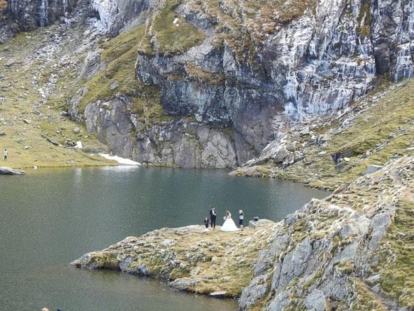 חתונה לצד אגם בלאה. בחוץ הטמפרטורה כחמש מעלות