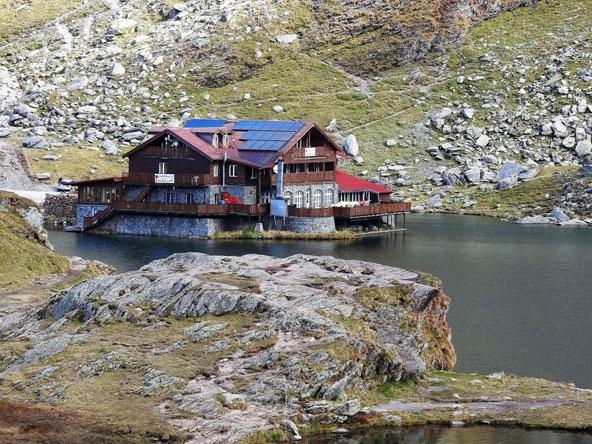 בקתת אירוח ליד אגם בלאה. מיקום אידיאלי למטיילים, גולשי סקי (בחורף) וגם לחתנים וכלות