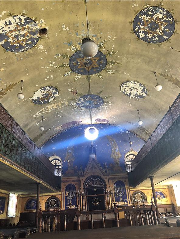 התקרה המתקלפת של בית הכנסת. מרבית היהודים עזבו את מידיאש אחרי מלחמת העולם השנייה