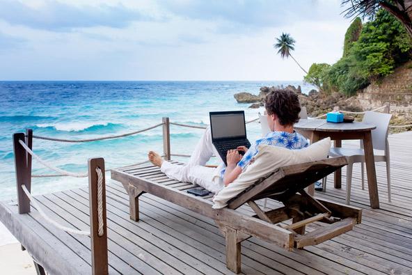 למה לשבת במשרד ברמת גן כשאפשר לעבוד מחוף טרופי