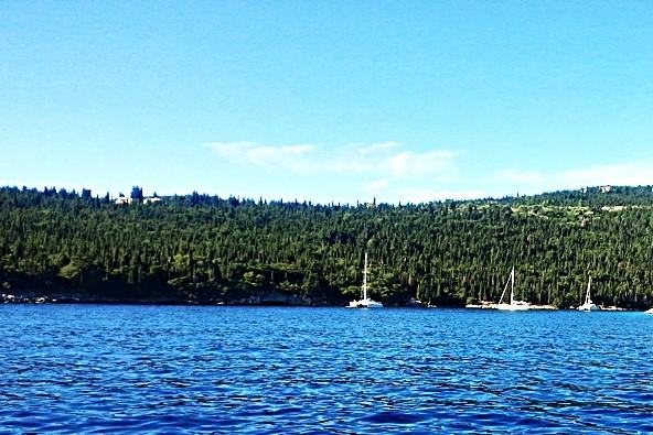כחול, לבן וירוק - הצבעים המלווים את השייט בין האיים