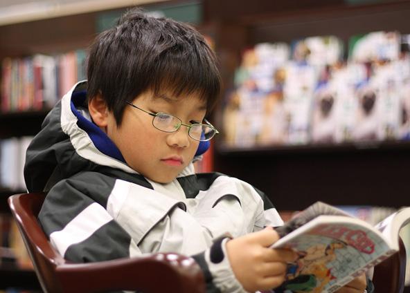 היפנים, צעירים ומבוגרים כאחד, נוהגים לקרוא מנגה בכל הזדמנות
