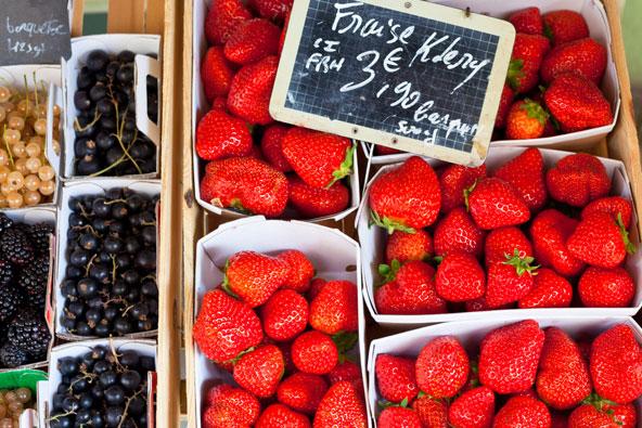 תותים ופירות יער יפהפיים בדוכן בשוק של אפט