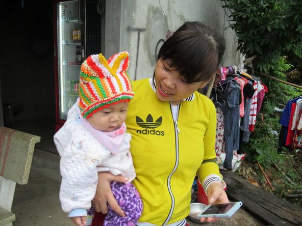 תינוק עטוף היטב נגד הקור בהרים, בדרך למאי צ'או