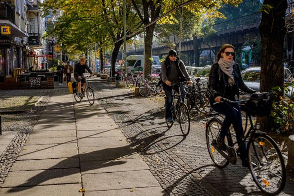 רוכבי אופניים ברובע קרויצברג האופנתי