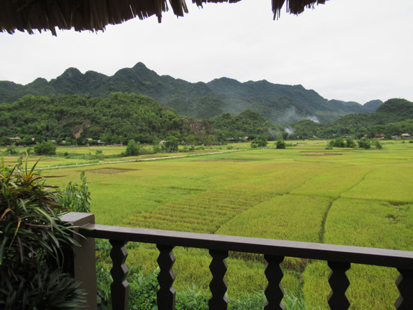 הנוף ממרפסת החדר שלי ב-Mai Chau Ecolodge. לנשום עמוק ולשקוע ברגיעה מושלמת