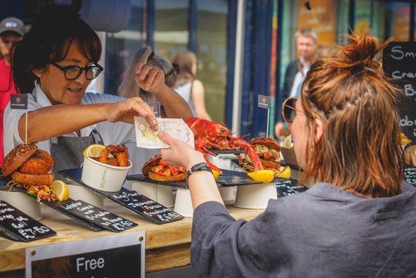 דוכן של מאכלי רחוב בשוק ברודווי בלונדון
