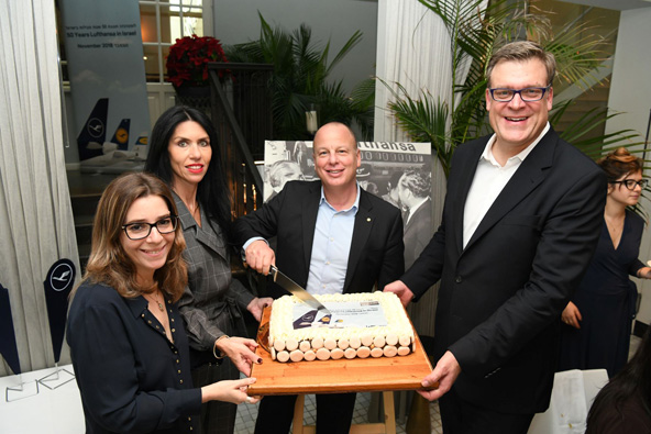 חוגגים 50 עם עוגת יום הולדת (מימין לשמאל) בוריס אוגורסקי, עופר קיש, אפרת דורון ויפעת זלינגר | צילום: יאיר שגיא