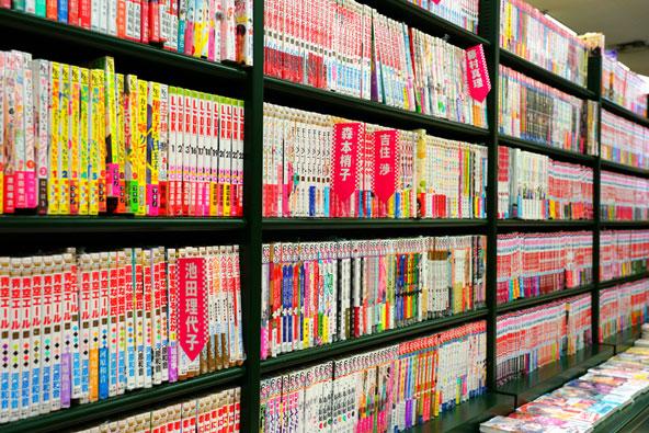 את הפופולריות של המנגה ברחבי העולם אפשר לראות, בין השאר, בחנויות המוכרות חוברות מנגה, כמו זאת באדג'ווטר, ניו ג'רזי