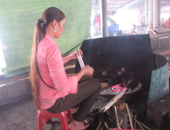 השוק במעבר ההרים Thung Khe. על הגחלים מתבשל אורז דביק בתוך במבוק | צילומים: רותם בר כהן